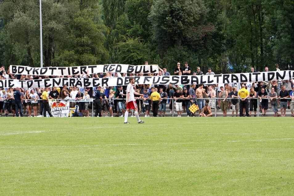 Wütende Fans schreien in Jena beim ersten Punktspiel von RB ihren Frust gegen den Brauseklub raus. Scannewin schießt in dieser Partie das Tor zum 1:1.