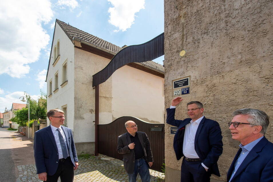 Wie das Dorf geschützt werden kann, diskutierten CDU-Bundestagsabgeordnete, deren Wahlkreise an der Elbe liegen, wie Thomas de Maizière für Meißen, Christoph de Vries aus Hamburg und Arnold Vaatz aus Dresden (v. r.), mit Lars Stratmann vom sächsischen Umw