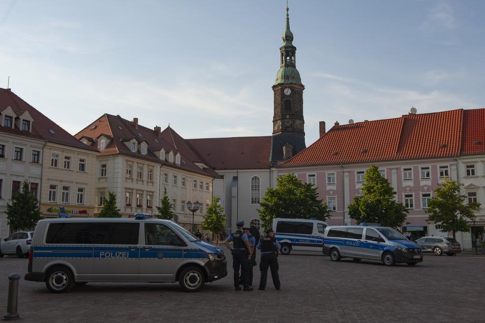 Warten ist diesen Veranstaltungen zu eigen: Da sie nicht angemeldet werden, richtet sich die Polizei nach den bisherigen Teilnehmern aus. Am Montag fanden sich letztlich gut 50 Großenhainer zusammen.
