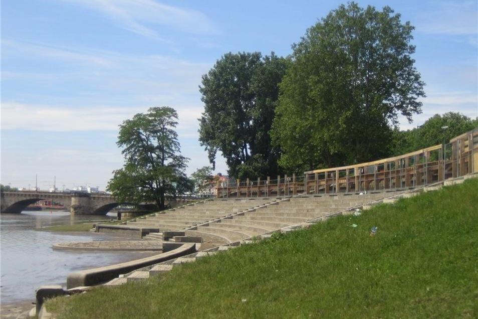 """Am Amphiteater am Königsufer sind bereits erste Aufbauten für die """"Filmnächte am Elbufer"""" zu sehen."""
