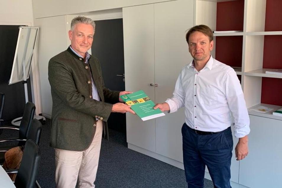 Martin Wißmann, Geschäftsführer des Landesjagdverbandes (links), hat dem Staatssekretär im Sozialministerium, Sebastian Vogel, jetzt ein Angebot übergeben. Die Jäger wollen sich bei der Bekämpfung der Afrikanischen Schweinepest stärker engagieren.