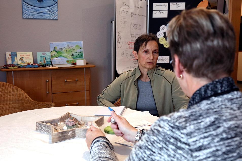 Karin Alberti sucht Hilfe bei Beate Pfeifer von der Opferberatung Zwickau. Es fällt ihr noch immer schwer, über die traumatischen Erlebnisse in der Kindheit zu berichten. Zwei kleine Metallkugeln in den Händen geben ihr Sicherheit.