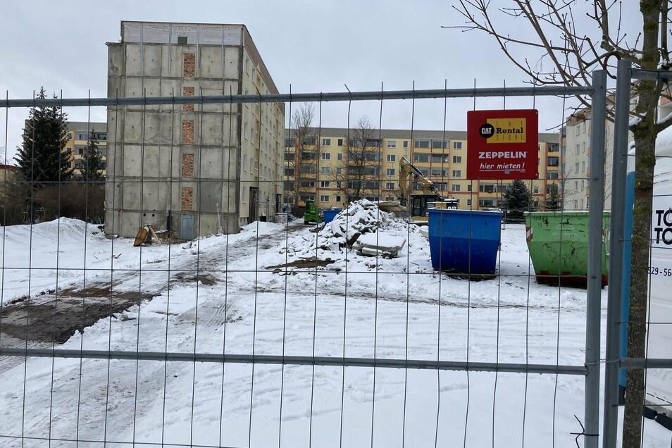 Vom Wohnblock Moritzburger Straße 73 ist die Hälfte abgerissen worden. Die noch stehende Hälfte soll statt bisher 30 kleiner Wohnungen 20 größere und modernere Wohnungen aufnehmen. Anstelle des abgerissenen Gebäudeteils soll ein Parkhaus entstehen.