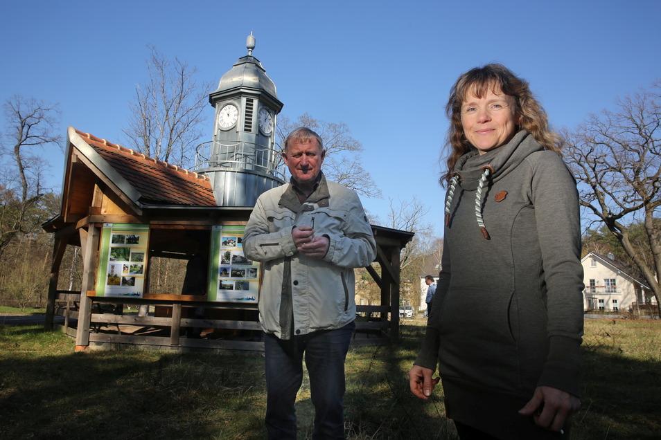 Peter Sonntag (l.) und Mediengestalterin Karina Klotzsche gehörten zu denjenigen, die die Ausstellung zur Militärgeschichte von Königsbrück mitgestaltet haben.