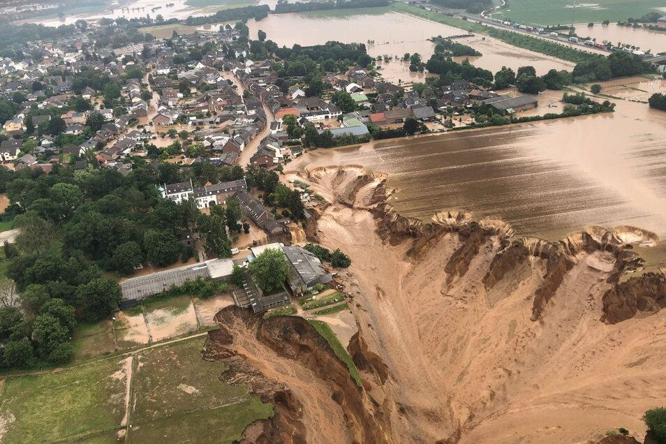 Erftstadt: Ein Foto, das die Bezirksregierung Köln zeigt Überschwemmungen in Erftstadt-Blessem am Rande der abbrechenden Kiesgrube.