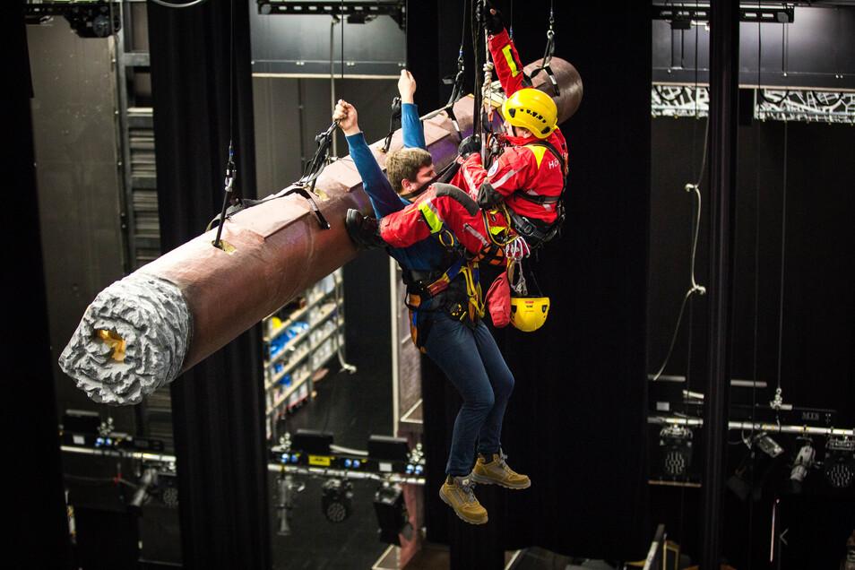 Loszulassen, in rund zehn Metern Höhe, ist keine leichte Übung - auch nicht, wenn es sich nur um eine solche handelt und ein echter Profi als Retter am Werk ist.