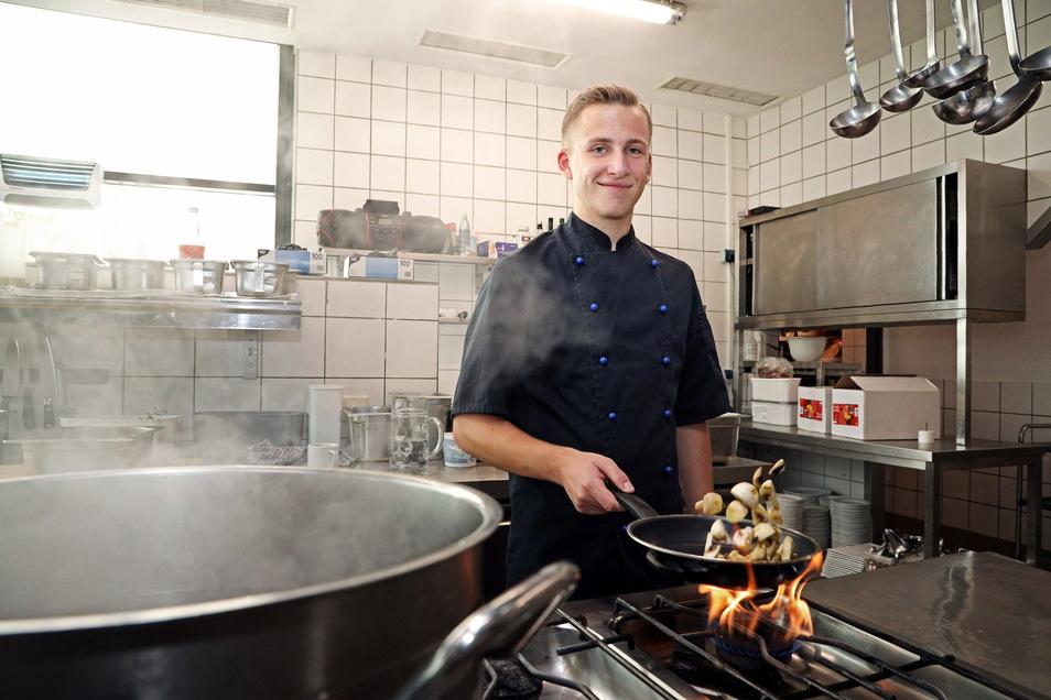Gerade noch Lehrling – und nun angestellter Koch: Kenny Biel in der Küche des Riesaer Riesenhügels.