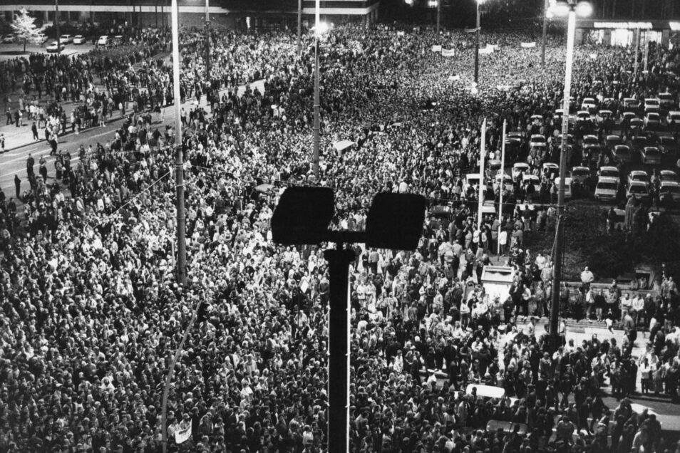 Mehr als 100.000 Menschen versammelten sich Mitte Oktober 1989 zu einer Montagsdemonstration im Leipziger Zentrum. Foto: dpa (ADN)