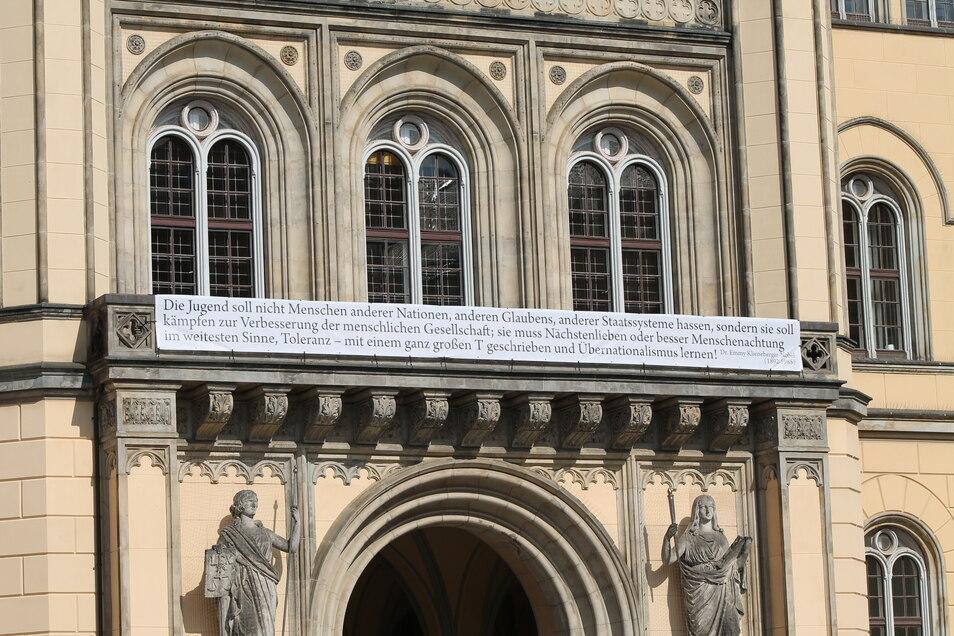 Am Rathausbalkon hängt ein Banner mit einem Zitat von Emmy Klieneberger-Nobel.