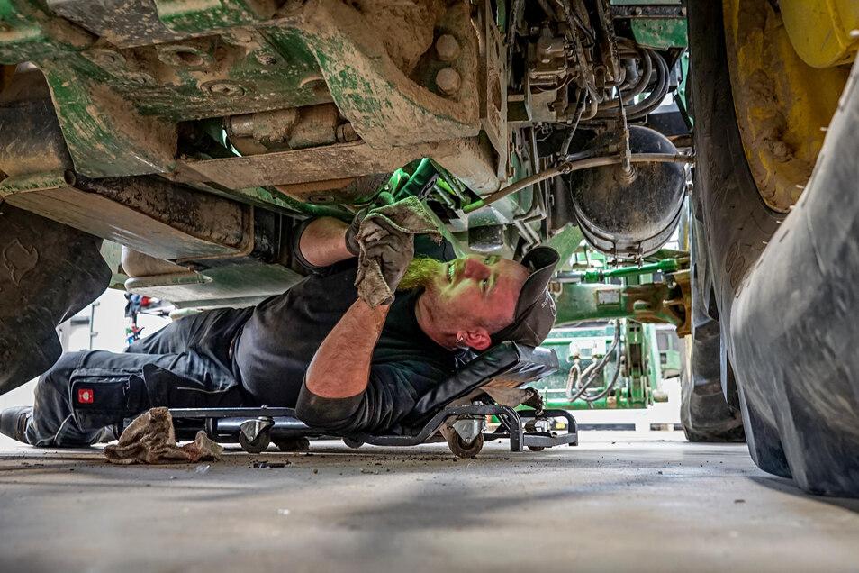 Auf der Spur nach einem Ölfleck: Sylvio Wendt überprüft nun noch das Getriebe bei seinem vierrädrigen Patienten.