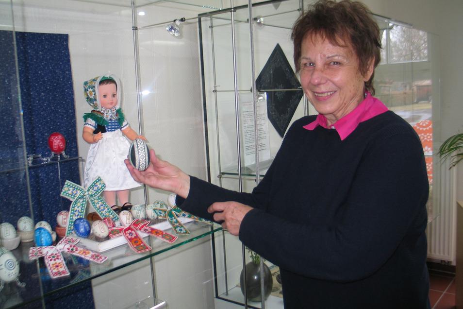 Die gebürtige Hoyerswerdaerin Carola Stauber verziert ihre Ostereier nach Motiven der evangelischen Trachten aus Hoyerswerda und Schleife. Zu sehen im SKC, das seit dem 15. März wieder öffnen darf.