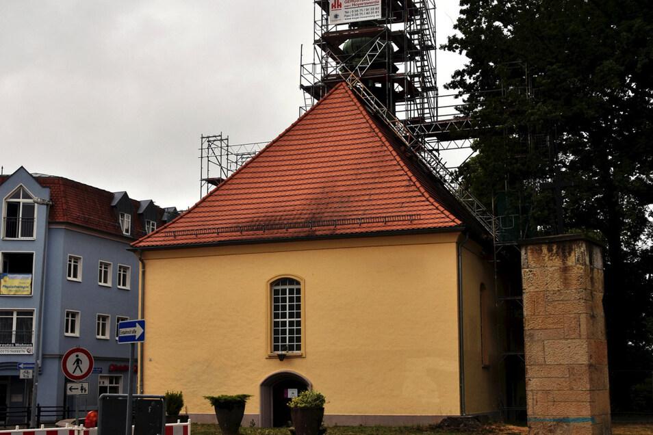 Seit einigen Tagen präsentiert sich die Kreuzkirche an der Ecke Heinestraße/Friedrichsstraße so.