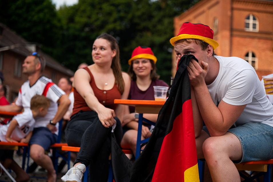 Hoffen und Bangen beim Public Viewing zum EM Fussballspiel England-Deutschland in der Landskron Kulturbrauerei Görlitz