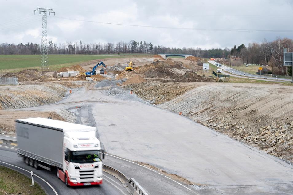 Die Arbeiten an der Trasse zwischen Radeberg und Leppersdorf gehen zügig voran. In einigen Wochen wird die alte Straße gesperrt.