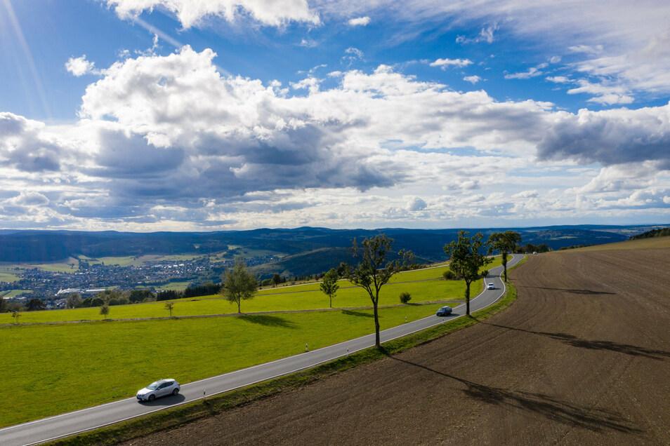 Autos fahren über eine Staatsstraße im Erzgebirge. Obwohl der Kreis Corona-Risikogebiet ist, kann hier Urlaub gemacht werden.