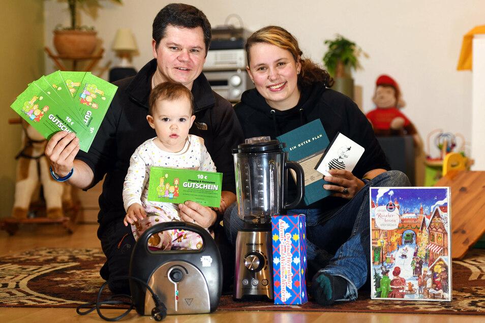 Sabine Schmidt, Lukasz Witkowski und Tochter Zoey mit den ersten Produkten, die sie sich von den gewonnenen Gutscheinen gekauft haben.