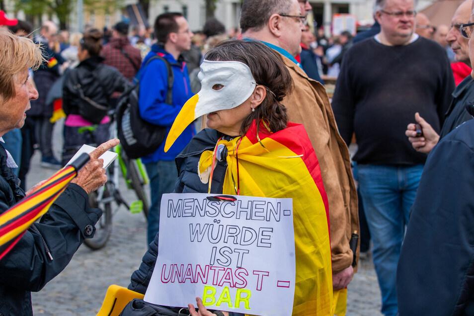 Corona-Protest in Schwerin: Im Osten Deutschlands kommen deutlich weniger Menschen auf die Straße als im Westen.