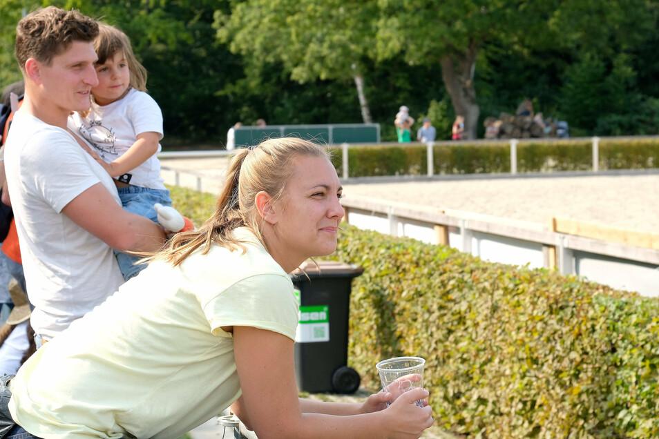 Erstmals da: Familie Engel aus Brandenburg ist begeistert von der coronasicheren Pferdeshow.