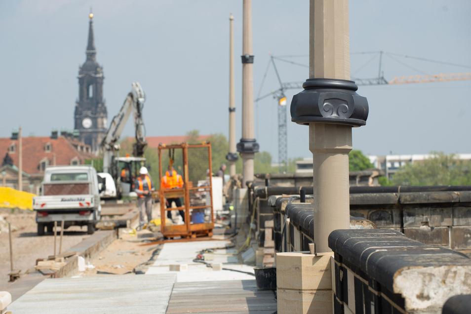 Die ersten Masten für die Oberleitung der Straßenbahn stehen auf der Augustusbrücke, die Brüstung ist fast fertig.