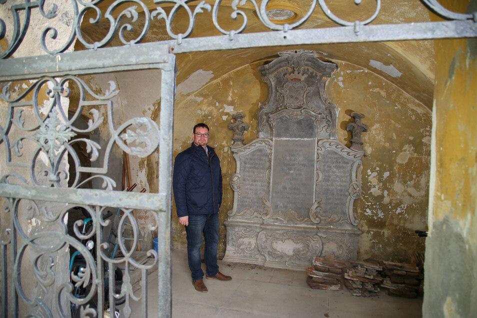Pfarrer Daniel Schmidt hat sich mit seiner Gemeinde in der Corona-Krise um die historische Gruft vor der Kirche gekümmert, das älteste Gebäude von Rothenburg.