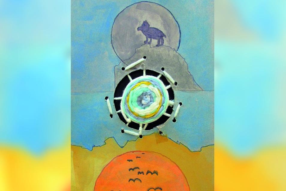 """Finja Duy aus der Klasse 4b fertigte das Bild """"Traumfänger"""" in Webtechnik und Aquarell. Finja denkt: """"Der Gegensatz von Tag und Nacht, Gutem und Bösen – diese Gegensätze werden mit dem Traumfänger mit seinen hellen, freundlichen Farben in der Mitte des Bi"""