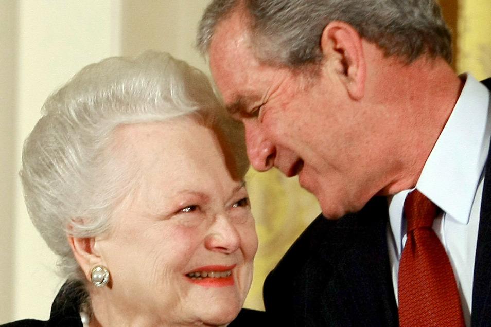 Der damalige US-Präsident George W. Bush verleiht Schauspielerin Olivia de Havilland 2008 im Weißen Haus in Washington die National Medal of Arts.