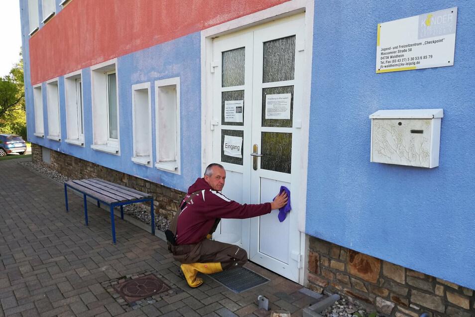 Hausmeister Andreas Kügler hat die Schmierereien an der Tür des Jugendfreizeitzentrums in Massanei beseitigt.