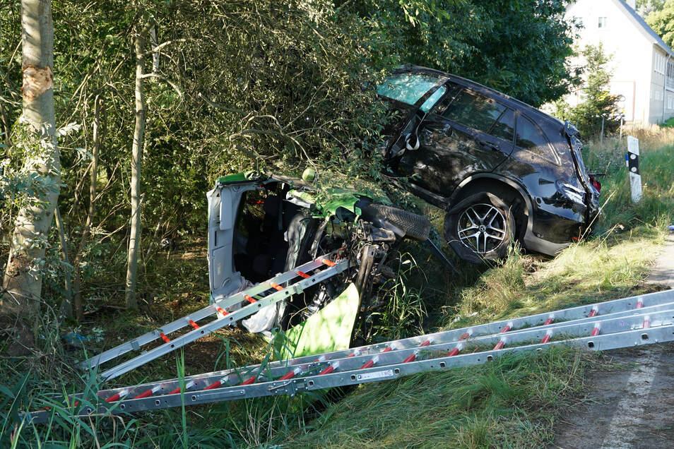 Zwei von insgesamt vier Insassen wurden im Fahrzeug eingeklemmt und mussten von der Feuerwehr befreit werden.