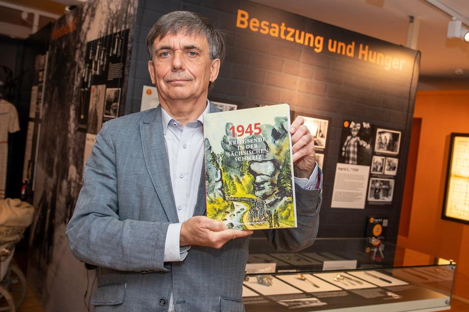 """René Misterek, Leiter des Pirnaer Stadtmuseums, mit dem Buch """"1945 - Kriegsende in der Sächsischen Schweiz"""": Die zweite Auflage ist jetzt lieferbar."""