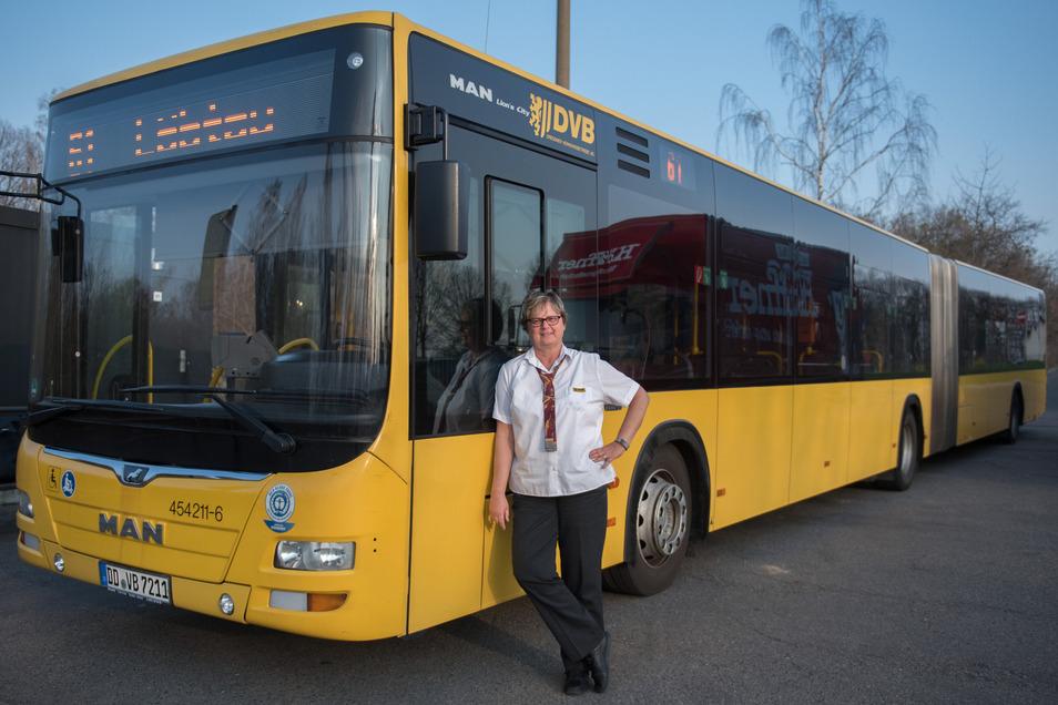 Mit Gelenkbussen - ähnlich wie diesem - werden die Mädchen und Jungen der Grundschule Königshufen in die Ausweichschule chauffiert.