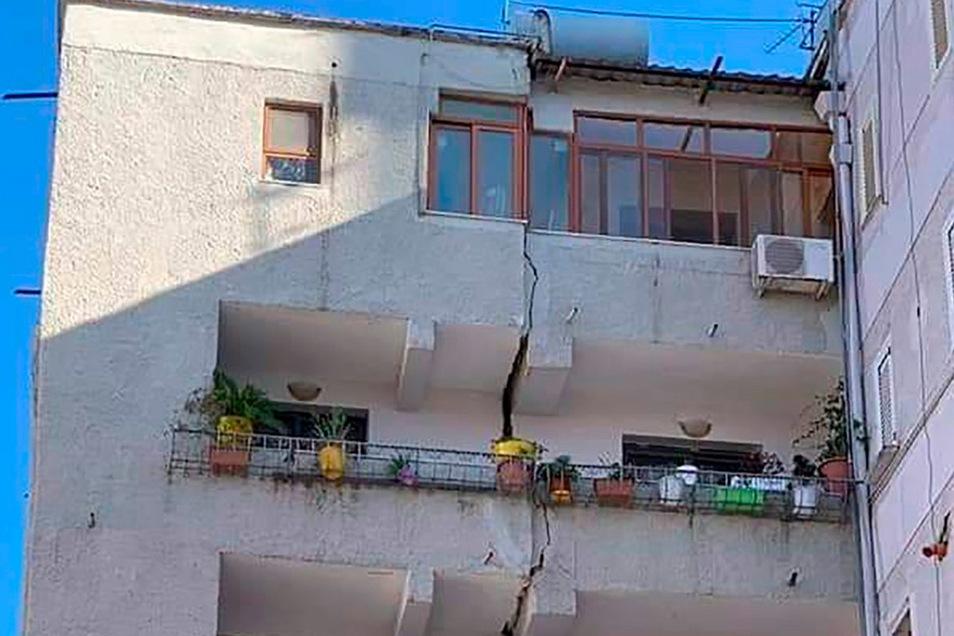 Durch dieses Gebäude in Tirana zog sich nach dem Beben ein vertikaler Riss.