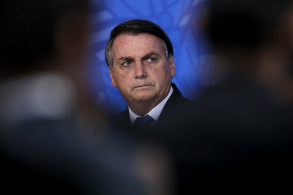 Brasiliens Präsident Jair Bolsonaro verharmlost das Coronavirus trotzdem seit Beginn der Pandemie und lehnt Schutzmaßnahmen sowie Einschränkungen ab. Auch den Sinn von Impfungen zieht er in Zweifel.