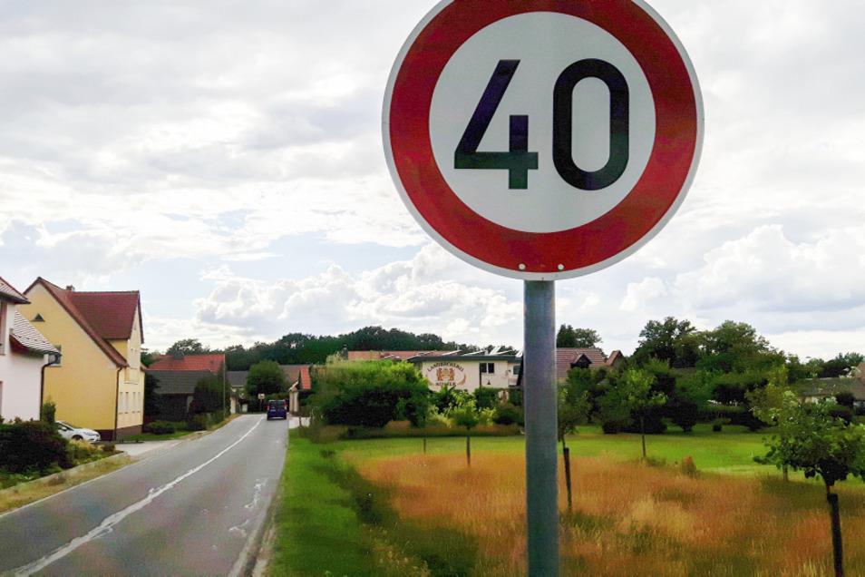 Das ist keine Fotomontage, nein, das Verkehrszeichen ist echt und steht an genau dieser Stelle an der Neuen Straße in der Ortslage Bröthen direkt hinter der Einmündung der Feuerwehrstraße. Das Tempo-Limit von 40 km/h gilt bis zur Kreuzung am Nordring.