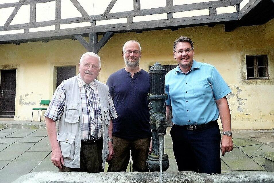 Klaus Fiedler, Tomas Salov, Sprecher desNationalparks Böhmische Schweiz, und Hohnsteins Bürgermeister Daniel Brade (v.l.) bei der diesjährigen Freundschaftswanderung. 2021 soll es eine Neuauflage geben.