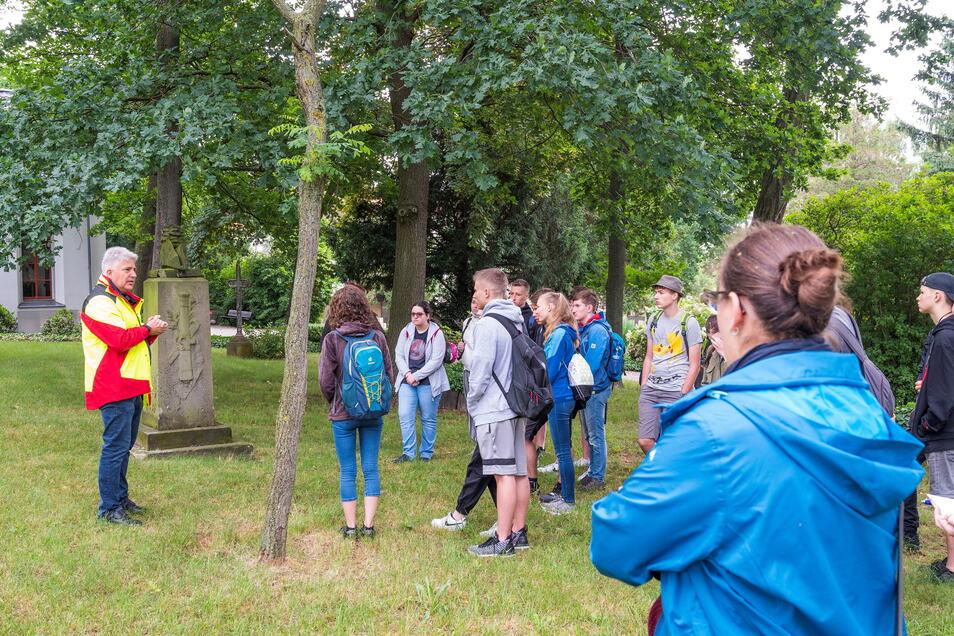 Friedhofsverwalter Andreas Wolf führt die zehnte Klasse aus dem Christlichen Gymnasium Riesa über den Trinitatisfriedhof in Altriesa.