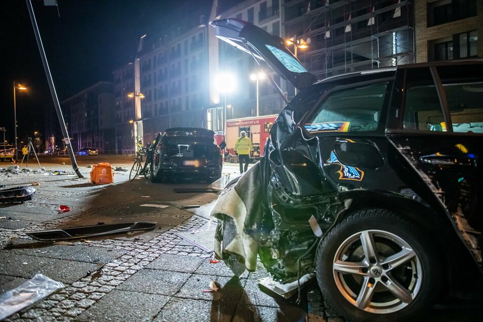 Bei dem Unfall waren ein 27 Jahre alter Fahrradkurier und ein 61 Jahre alter Fußgänger getötet und die 31 Jahre alte Tochter des 61-Jährigen schwer verletzt worden.