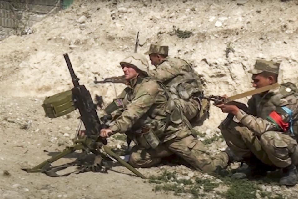 Aserbaidschanische Soldaten schießen aus einem Mörser auf die Kontaktlinie der selbsternannten Republik Berg-Karabach, Aserbaidschan. Die Kämpfe zwischen armenischen und aserbaidschanischen Streitkräften gehen weiter.