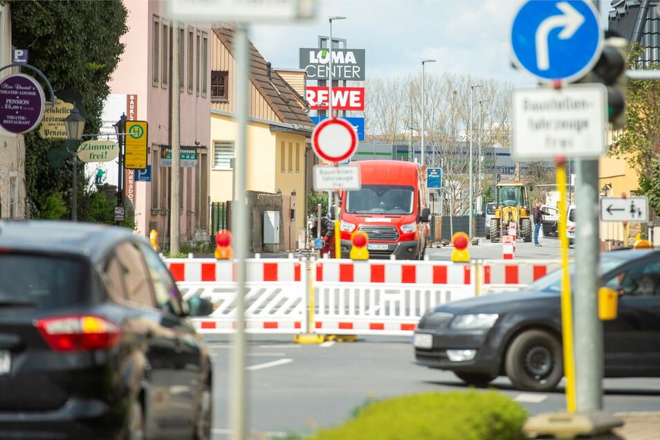 Hier ist Schluss mit Weiterfahren auf der Meißner Straße Richtung Coswig. An der Ecke Gerhart-Hauptmann-Straße beginnt die Umleitung über die gerade fertig sanierte Mittlere Bergstraße.