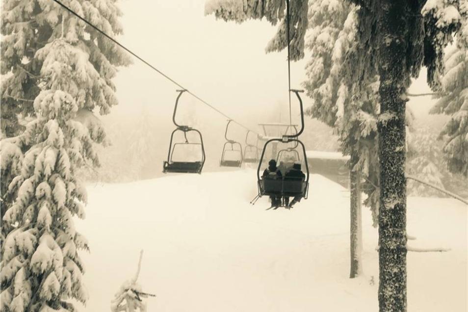 Wie eine Reise durch den Märchenwald. Zwei Skifahrer, bevor sie im Nebel verschwinden. Ein Foto von Sven Klingauf, Pirna.