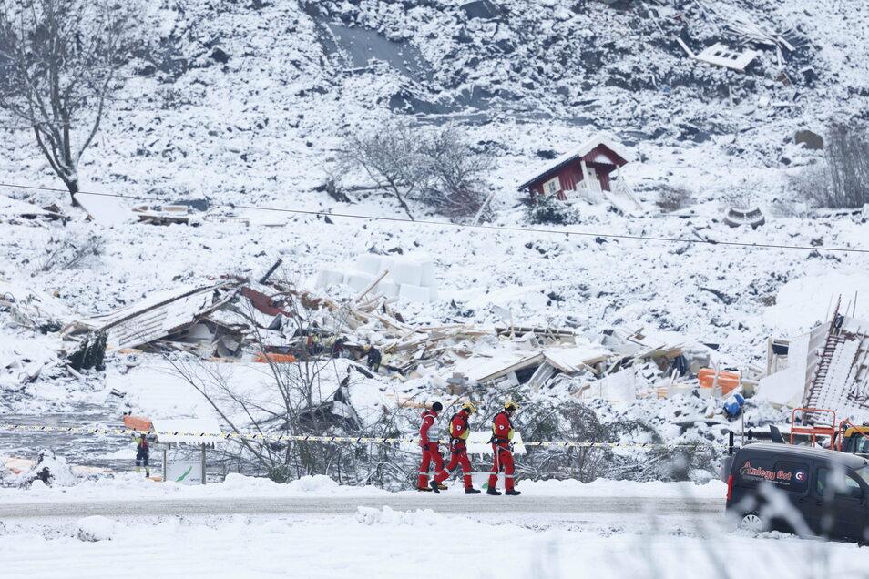 Rettungsmannschaften sind nach einem Erdrutsch bei zerstörten Gebäuden im norwegischen Ask im Einsatz.