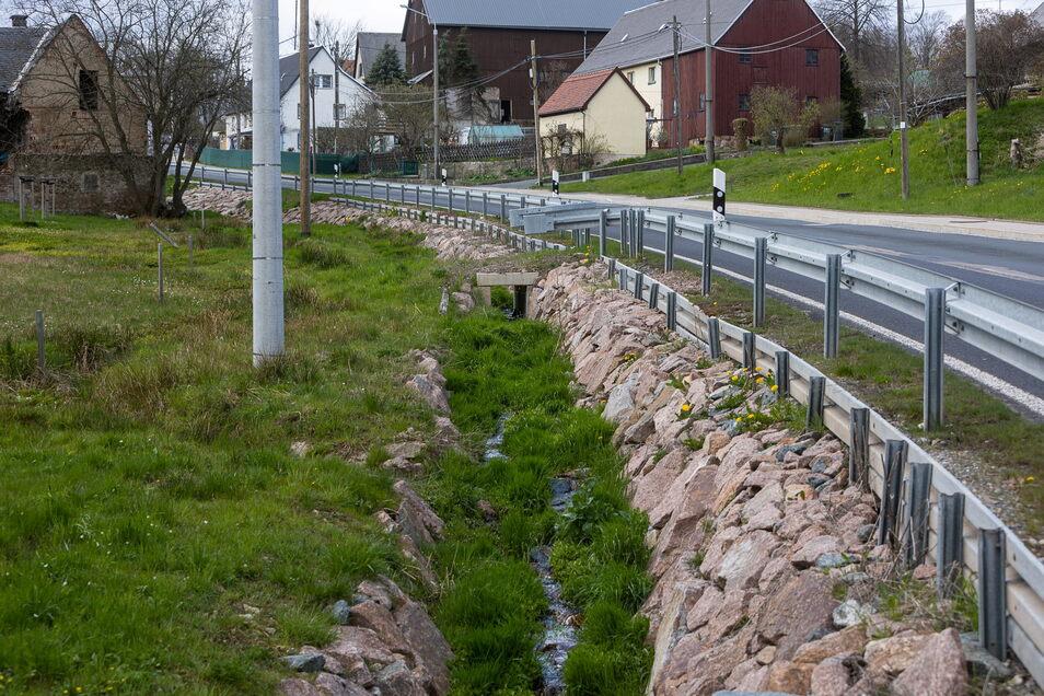Mit solchen Steinbefestigungen wurde der Ochsenbach durch den ganzen Ort so ausgebaut, dass er einem sogenannten hundertjährigen Hochwasser standhalten soll.
