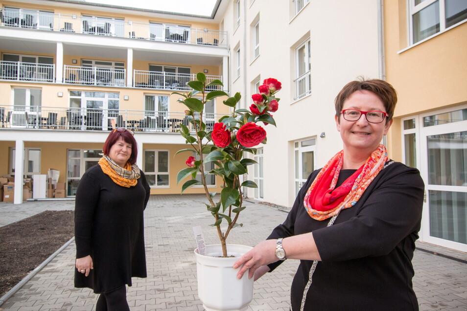 Einrichtungsleiterin Nicole Eichert (rechts) und Pflegedienstleiterin Silke Vogel stehen im Innenhof der neuen Seniorenresidenz. Dort sollen unter anderem Kamelien gepflanzt
