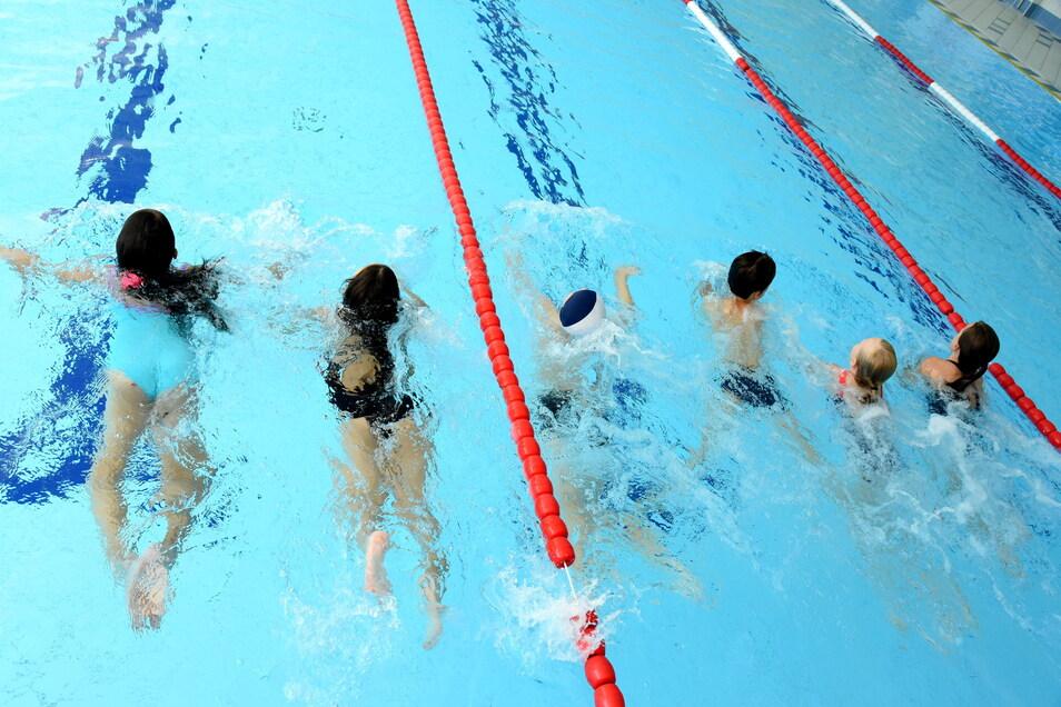 Leipzig: In der Schwimmhalle Süd nehmen Schülerinnen und Schüler während der Ferien am zusätzlich angebotenen Schwimmunterricht teil.