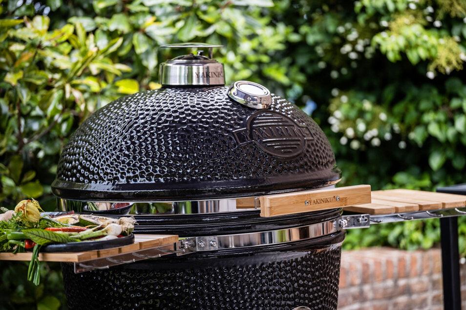 Die massiven Keramikgrills können grillen, räuchern, backen, braten und schmoren – mehr kann man von einem Holzkohlegrill nicht verlangen!