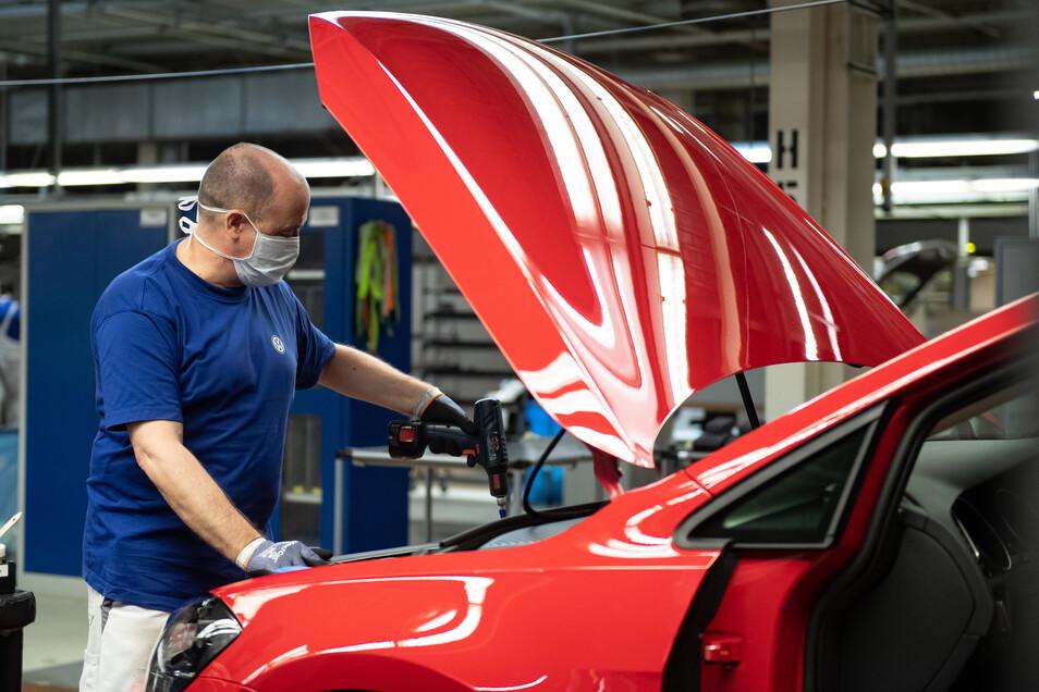 Ein VW-Mitarbeiter in der Produktion im Werk in Wolfsburg.