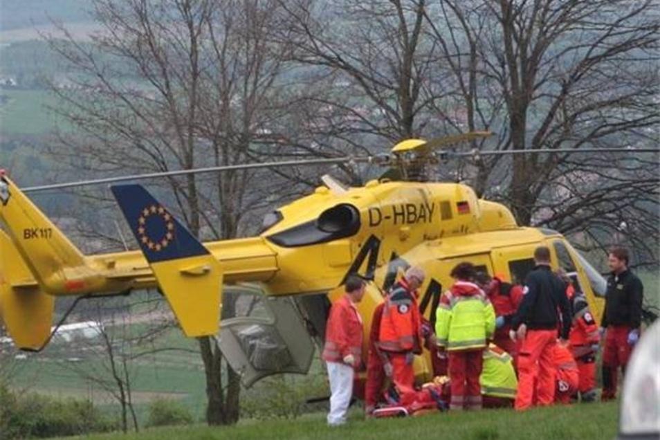 Rettungskräfte kümmern sich um den verunglückten Mann, der schließlich seinen schweren Verletzungen erlag.