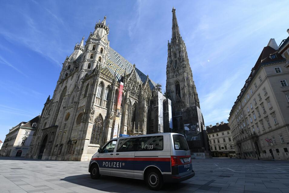 Ein Polizeiwagen steht am Stephansplatz in der Wiener Innenstadt. Die österreichische Bundesregierung will die Beshränkungen lockern.