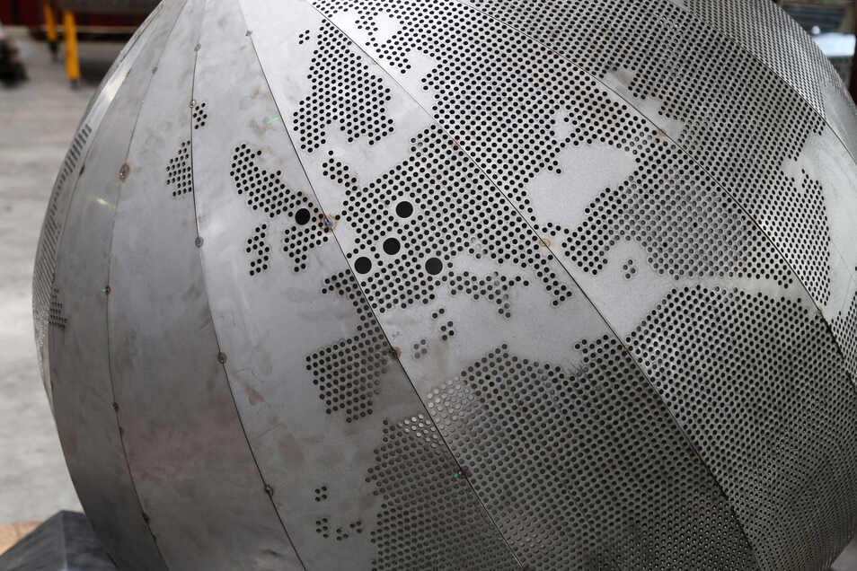 Partnerstädte gelocht: Eine Kugel zeigt (v.l.n.r.) Rotherham, Villerupt, Riesa, Glogau und Lonato del Garda. Sandy/USA und Suzhou in China liegen auf der anderen Seite.