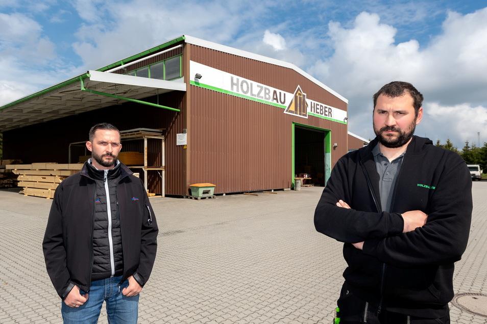 Holz-Zulieferer Sven Krause (l.) und Zimmerermeister Clemens Heber aus Kirschau sind sich einig: Der gestiegene Export von Baustoffen macht das lokale Handwerk kaputt.