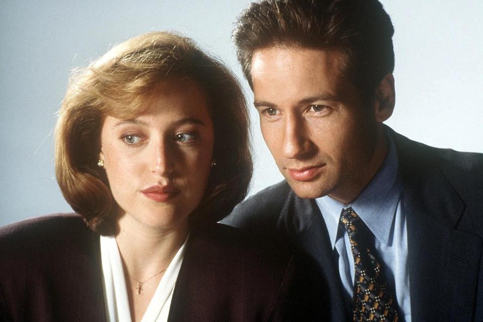 """David Duchovny als FBI-Agent Fox Mulder und Gillian Anderson als seine Kollegin Dana Scully in der amerikanischen TV-Serie """"Akte X""""."""